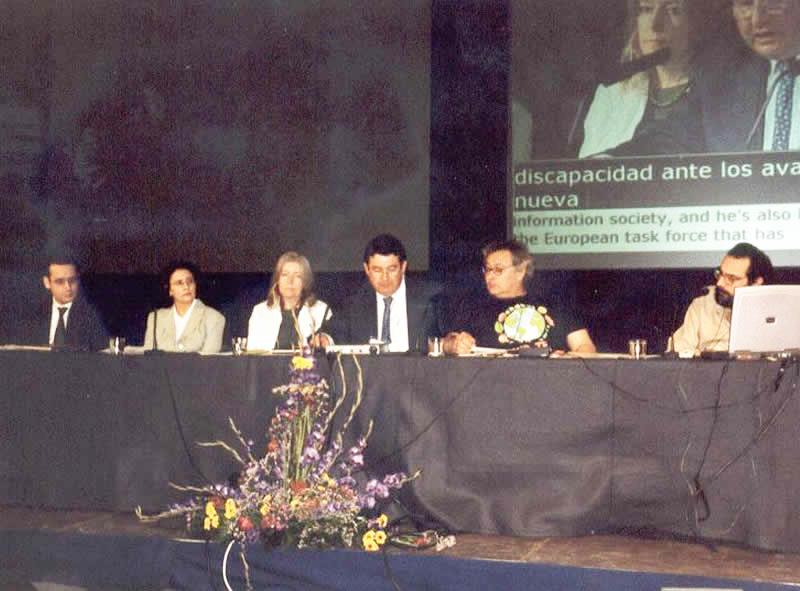 Frances Hasler (3ª por la izq.) junto a Giampiero Griffo y Javier Romañach (5º y 6º por la izquierda, respectivamente).