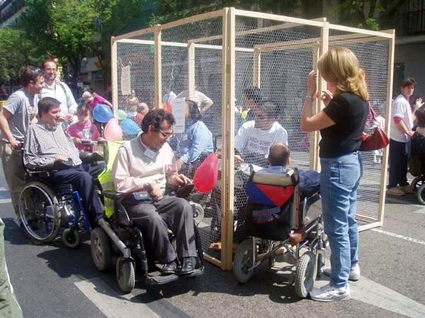Público rodeando la jaula