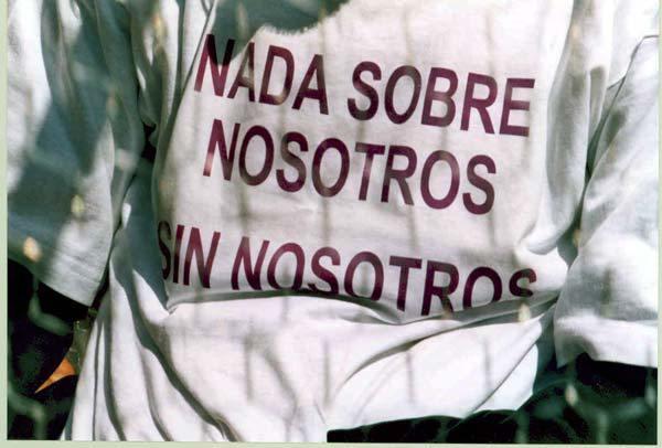 Camiseta con el lema 'Nada sobre nosotros sin nosotros'