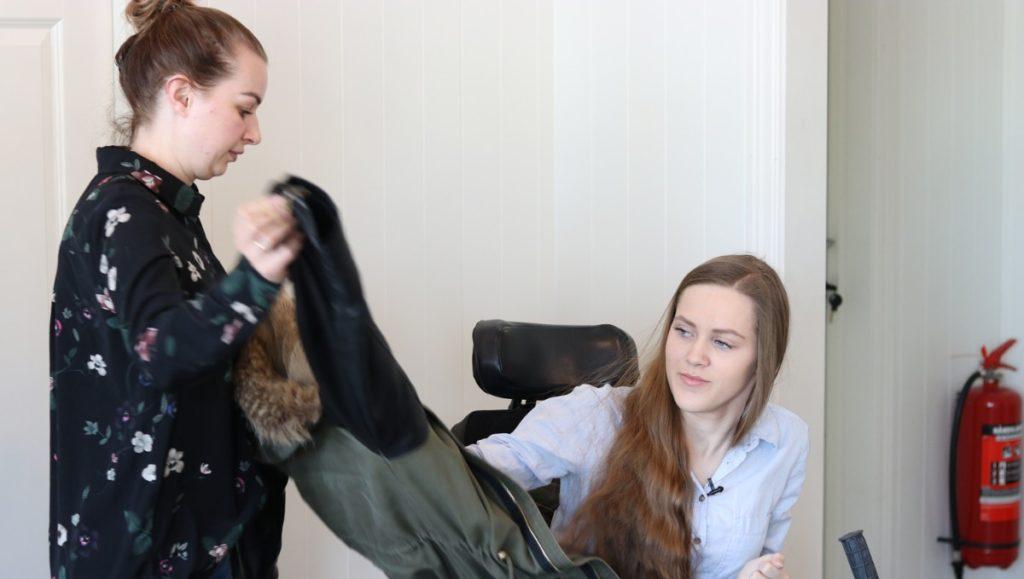 Asistente personal ayudando a una usuaria