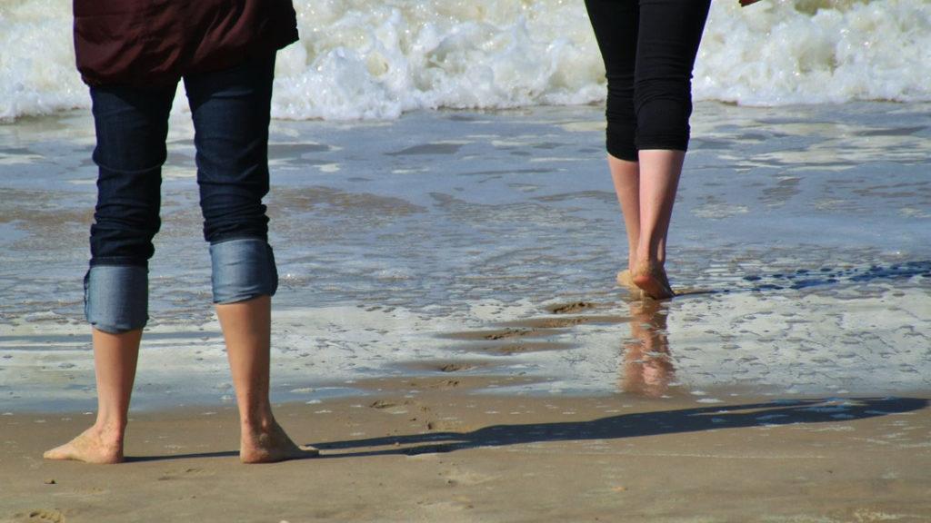 Dos personas en la orilla de la playa