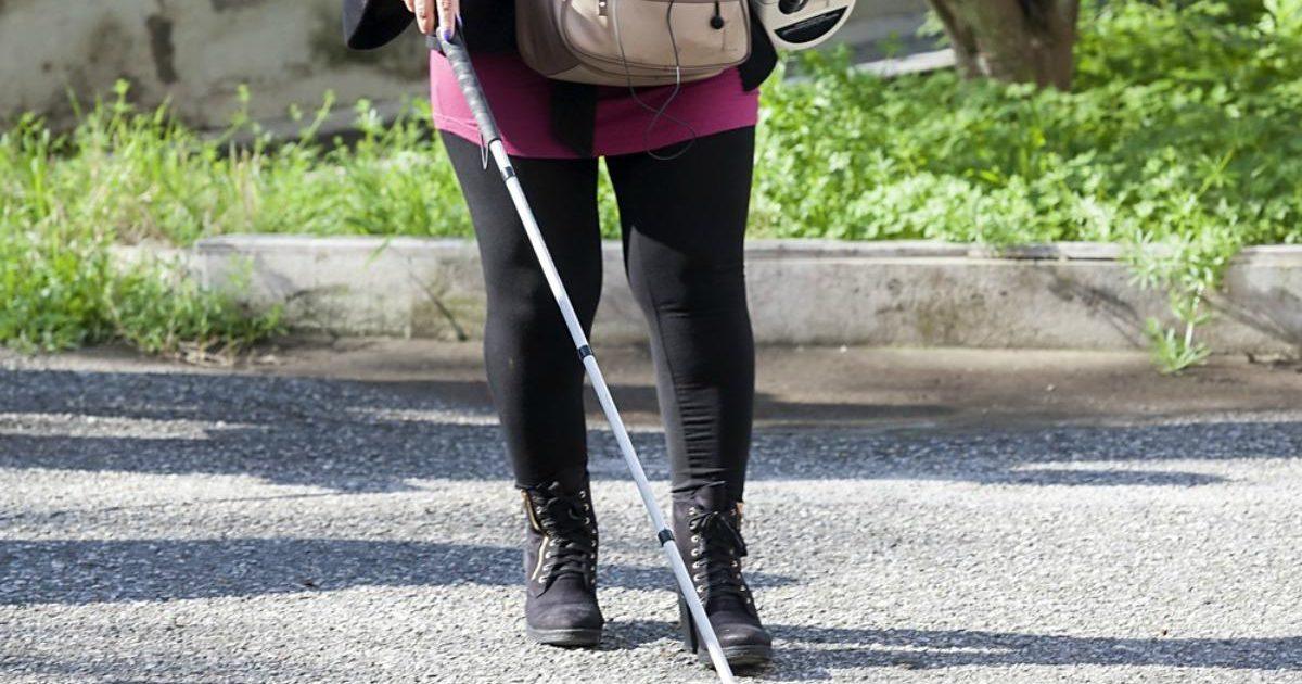 Mujer con diversidad visual caminando