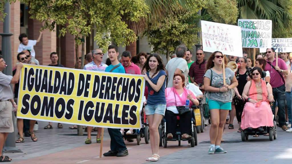 Mobilización con una pancarta que dice 'Igualdad de derechos, somos iguales'