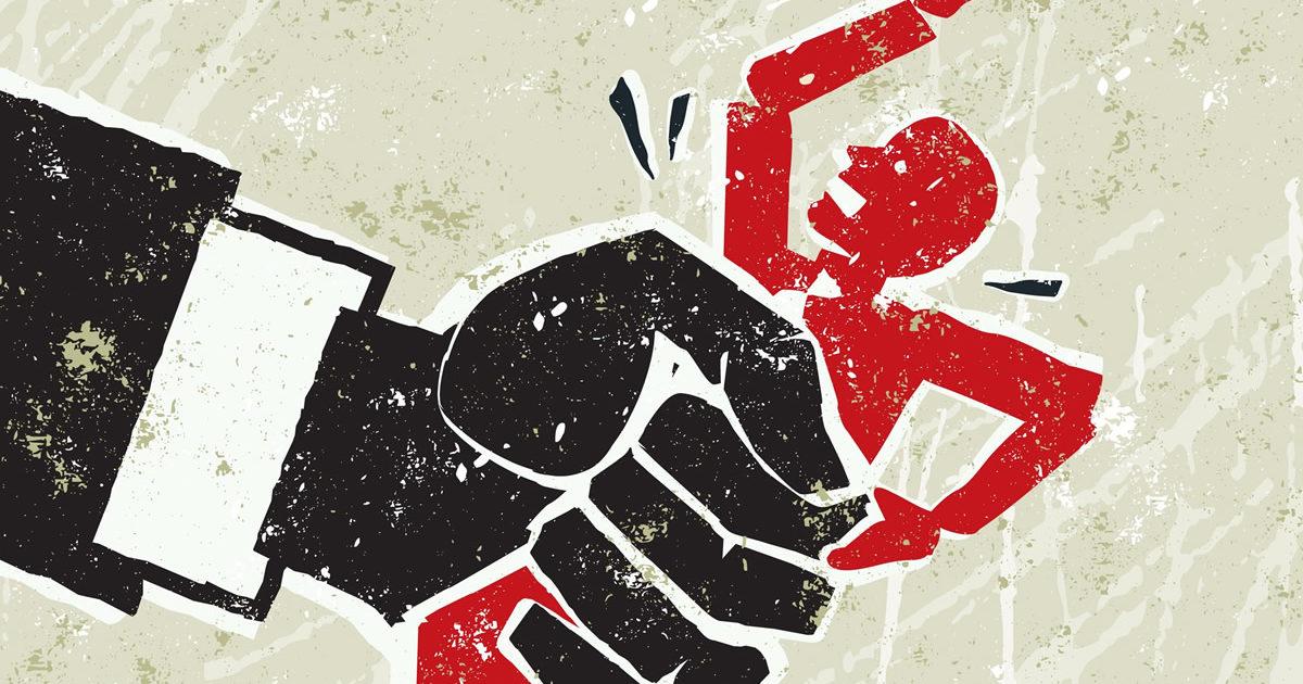Pintada de una mano gigante estrujando a una persona